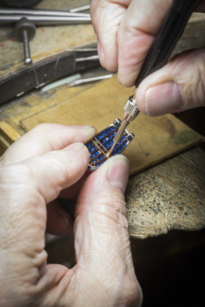 Ludo Secret腕表製作過程中,將結構固定於隱密式鑲嵌圖案上。圖/梵克雅寶提供