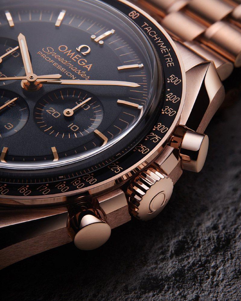 採用18K Sedna™金的全金款,保留了包含階梯式表圈、以陽極處理鋁製錶圈的著名數字90上方圓點(DON)等特色。圖 / OMEGA提供。