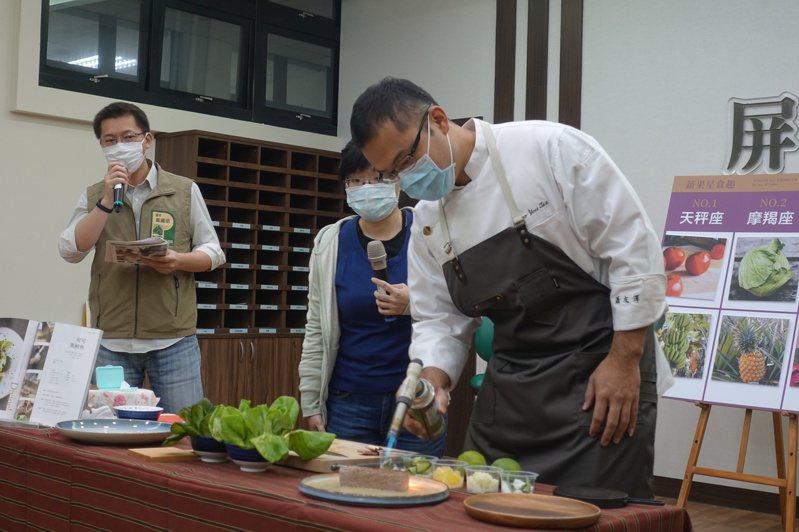 屏東縣東港佳珍海產主廚蕭友澤(右)現場示範可可黑鮪魚料理。記者劉星君/攝影