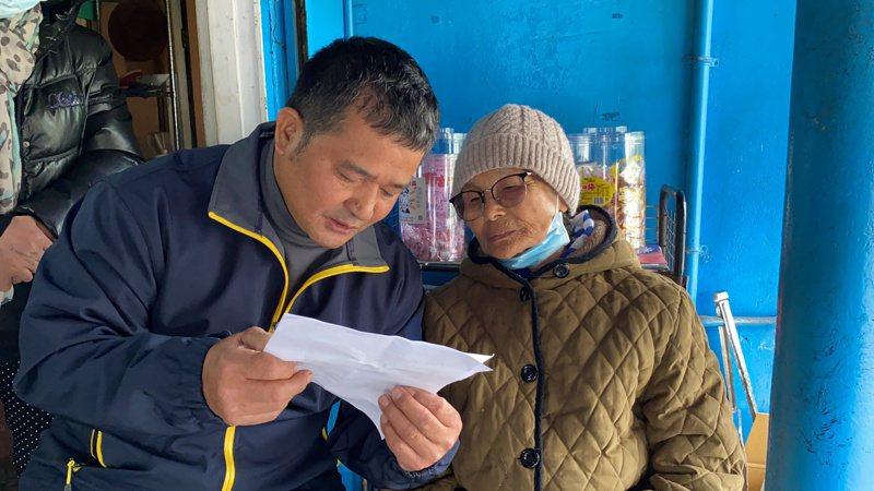 當年棄嬰長大後寄感謝信謝謝救命恩人,退休警員林茂隆(左)將感謝信唸給柏阿珠阿嬤(右)聽。記者王思慧/攝影