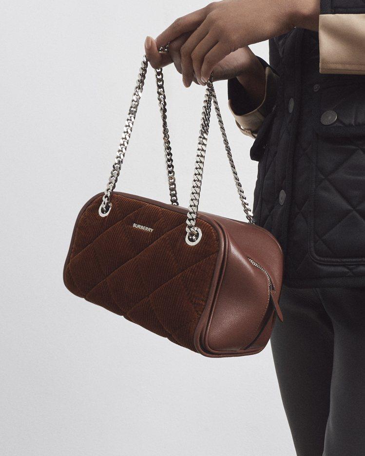 未來經典系列包款是柔滑亮面褐棕色皮革,結合菱形燈芯絨覆面。圖/BURBERRY提...
