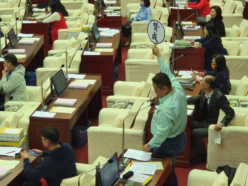 行政院指地方政府的萊劑零檢出自治條例無效,台北市議會國民黨團發起連署釋憲,今天在議會臨時大會提起逕付二讀。記者楊正海/攝影