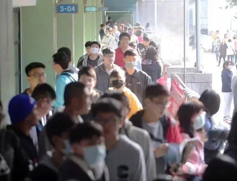 110學年度學科能力測驗22日、23日舉行,將有12萬多名考生上陣,21日下午2時到4時開放看考場,進入各分區(學校)都須量體溫、戴口罩。本報資料照片