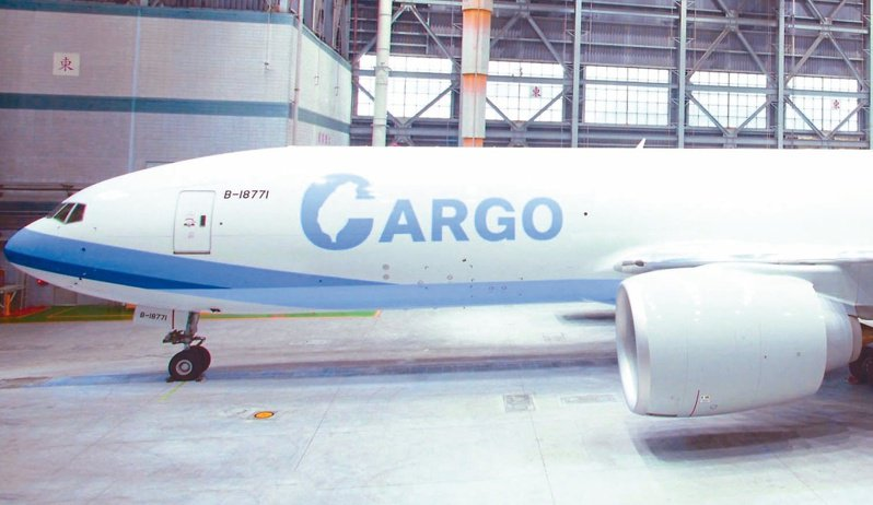 媒體爆料,華航塗裝「CARGO」的全新777F貨機,原訂今天飛香港,疑因壓力取消。華航否認得很曖昧、讓外界增添想像空間。圖/華航提供