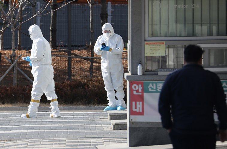 南韓醫務人員5日在首爾東部拘留所為囚犯進行病毒檢測。歐新社
