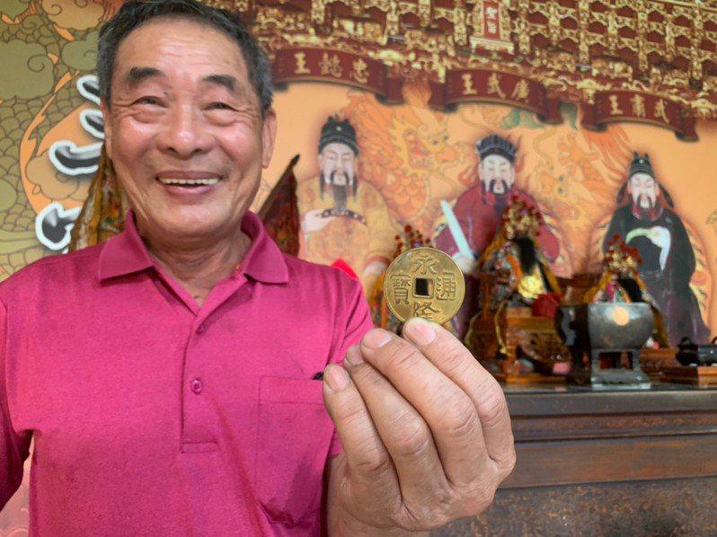 王高榮復刻「永隆通寶」錢幣,希望後代記得開閩歷史。記者吳淑玲/攝影