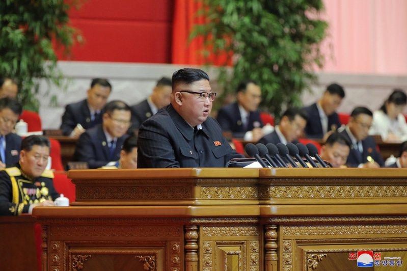北韓領導人金正恩(前)5日召開勞動黨全國代表大會,其胞妹金與正(右後方穿白衣者)坐在他後方的重要位置,可望更上層樓。歐新社