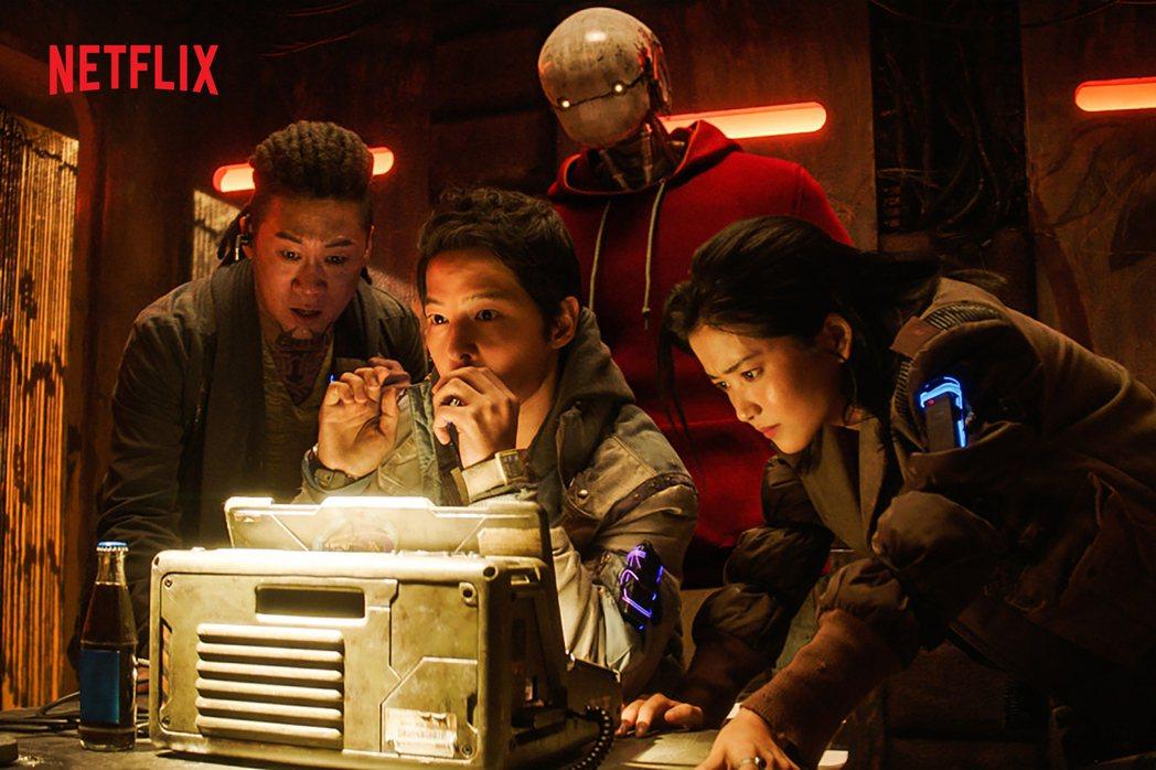 宋仲基(中)在最新科幻電影「勝利號」中演窮到快活不下去的飛行員,不僅有喜劇演出,...