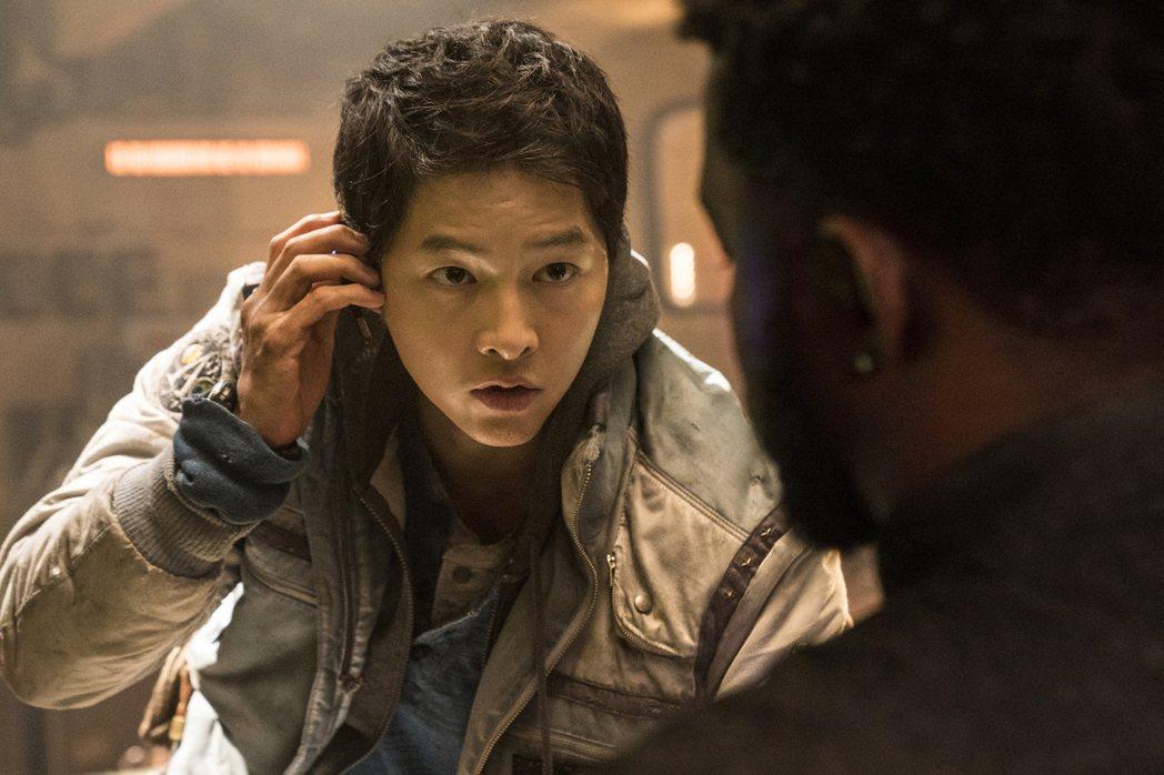 宋仲基在最新科幻電影「勝利號」中演窮到快活不下去的飛行員,不僅有喜劇演出,也挑戰