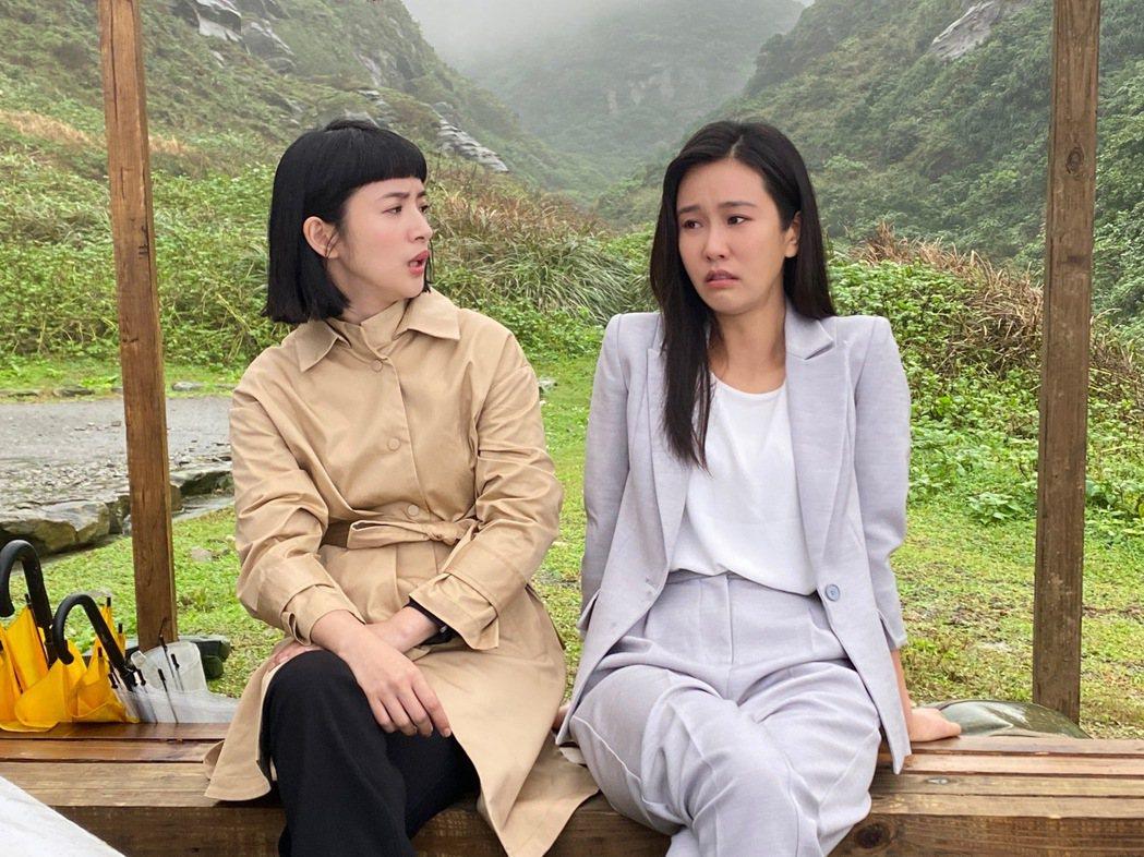 黃心娣和師姐林依晨(右)一同拍廣告。圖/周子娛樂提供