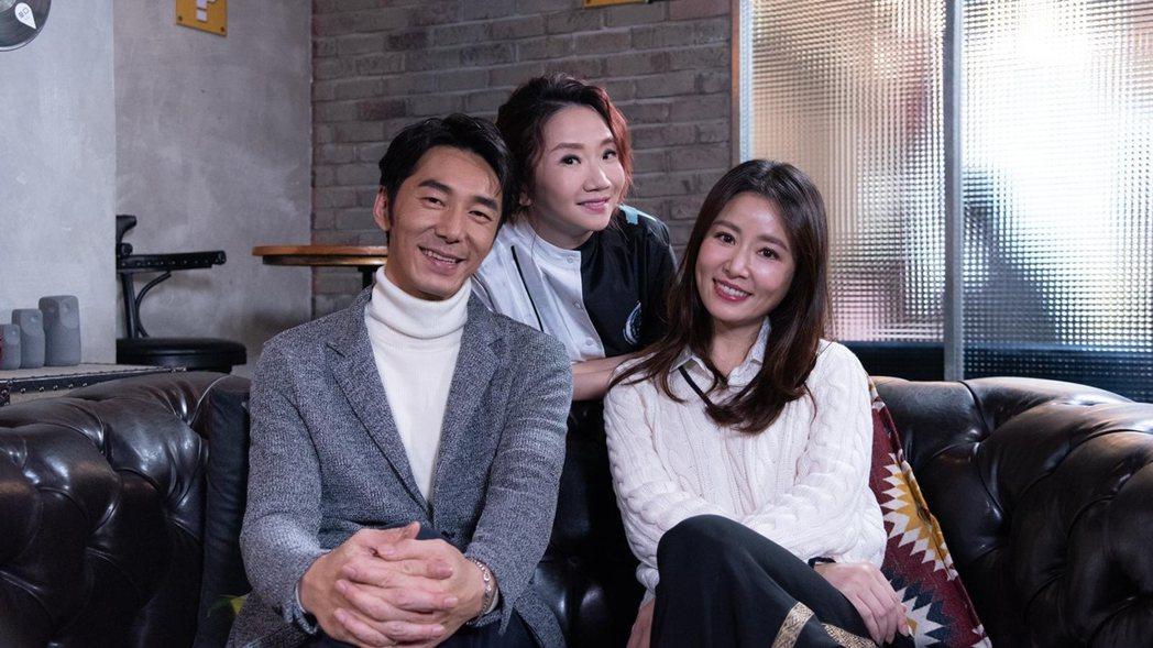 李李仁(左)和林心如(右)上陶晶瑩主持的「陶口秀」。圖/泰坦星文創提供