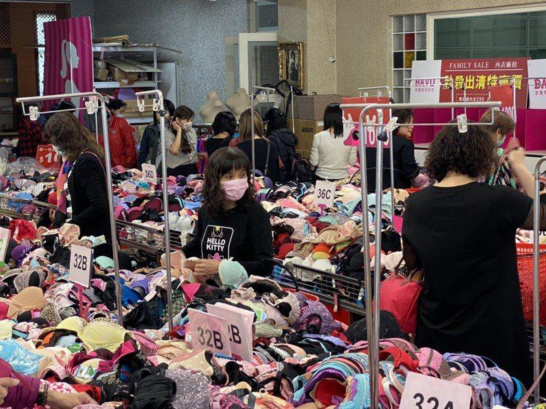 員林市知名內衣公司波曼妮亞的廠拍到2月7日,包括機能內衣4套1000元,許多商品都下殺到2折到2.5折。圖/波曼妮亞提供