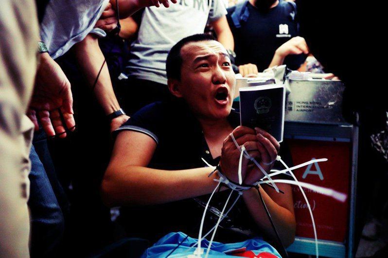 環球時報記者付國豪,被示威者綑綁。 圖/路透社
