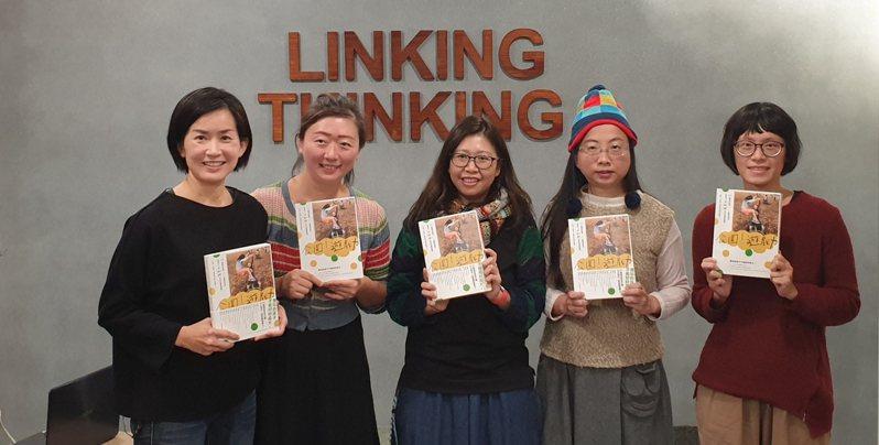16名媽媽組成「還我特色公園行動聯盟」,發表新書「公園遊戲力」。左一為「還我特色公園行動聯盟」發起人林亞玫。記者陳宛茜/攝影