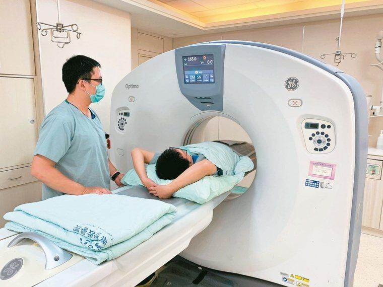 透過低劑量電腦斷層掃描進行篩檢,早期發現早期治療,成功治癒率高。本報資料照片