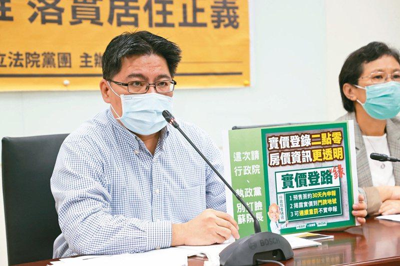 對於「蟑螂說」,邱顯智(左)表示花敬群已道歉、不用在意,但邀花針對居住正義辯論。本報資料照片