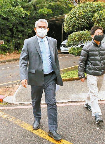 內政部次長花敬群(左)留言「時代蟑螂真的有夠髒」後又改文道歉,昨天再度致歉。記者邱德祥/攝影