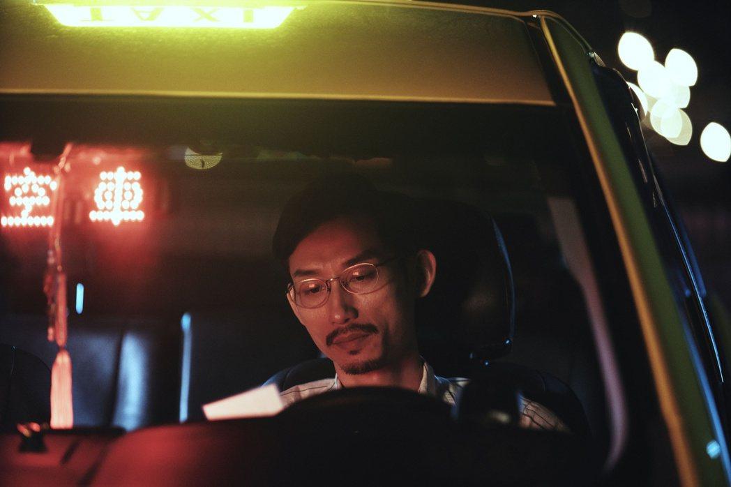 陳竹昇(左)在HBO Asia原創影集「戒指流浪記」中演計程車司機。圖/HBO