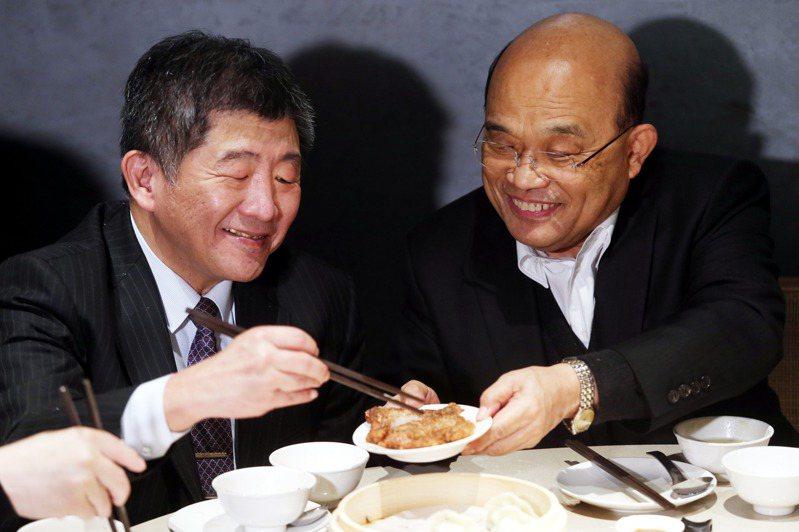 行政院長蘇貞昌(右)、衛福部長陳時中(左)等人,昨天一同品嘗使用台灣豬的美食,蘇貞昌還端起炸排骨給陳時中。記者邱德祥/攝影