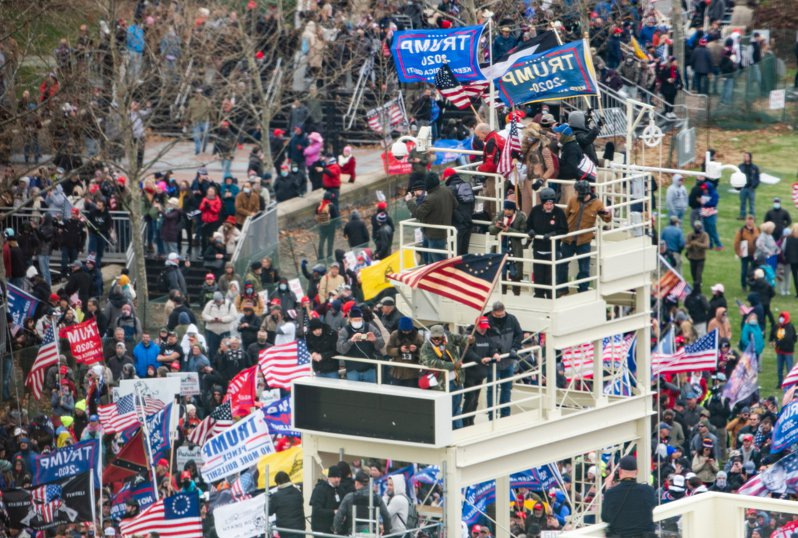 大批川普支持者湧入華府,高舉旗幟在要求參院拒絕認證拜登勝選的選舉結果。 歐新社