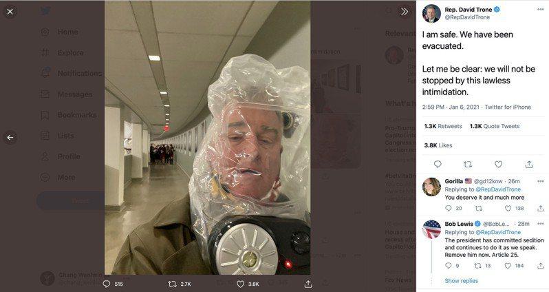 來自馬里蘭州的眾議員特羅(David Trone)在推特報平安,表示已經安全撤離;特羅頭上的就是防毒面具。 取自推特