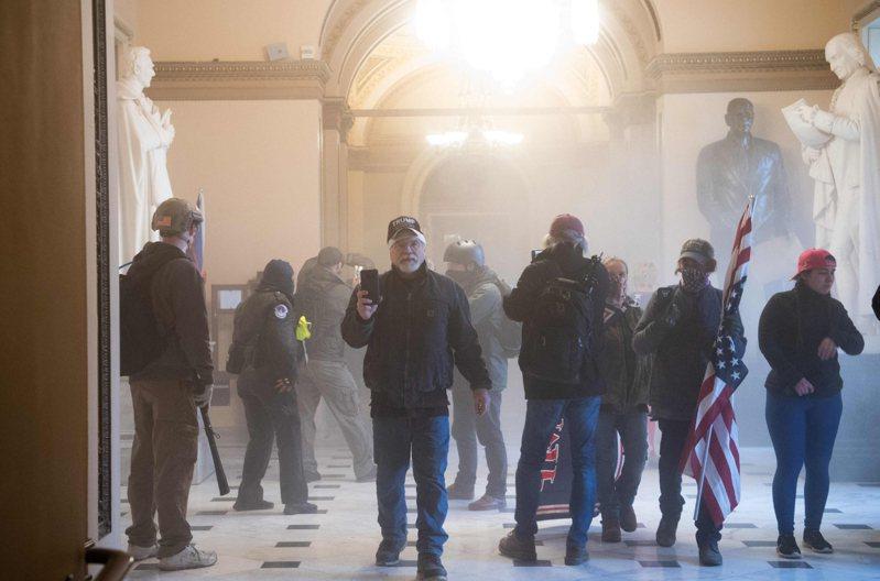 挺川支持者進入國會大廈內,現場瀰漫催淚瓦斯。 法新社