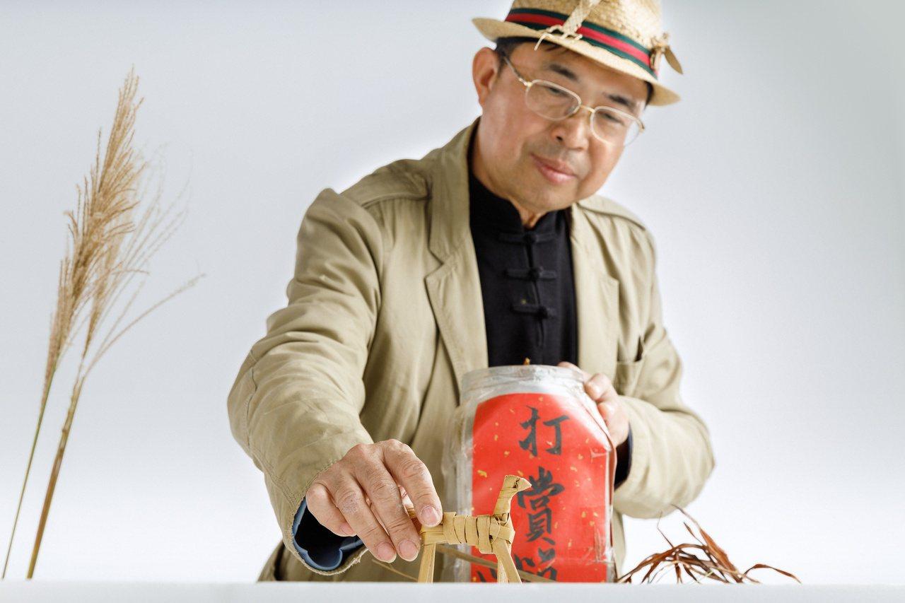 林三元透過多元的管道與途徑,孜孜矻矻,如同傳教士般傳遞草編工藝。 攝影/陳軍杉