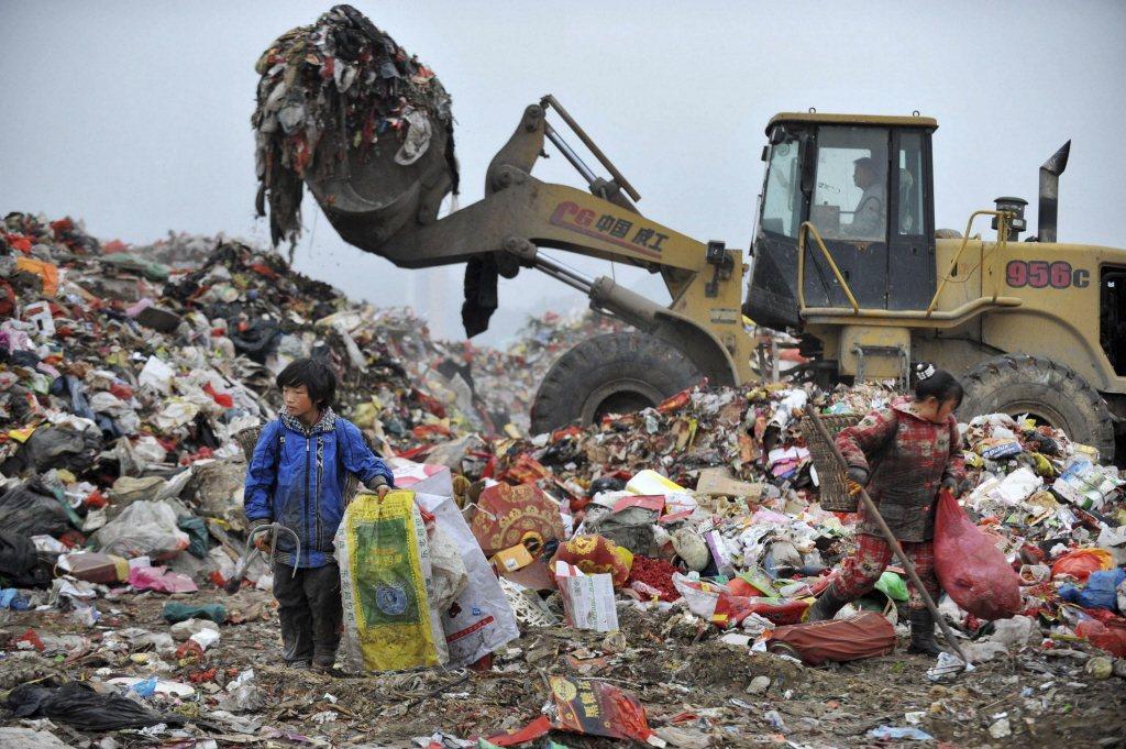 2017年中,中國昭告天下翌年會拉起大閘,拒絕接收廢塑料、廢紙等24類「洋垃圾」。 圖/路透社