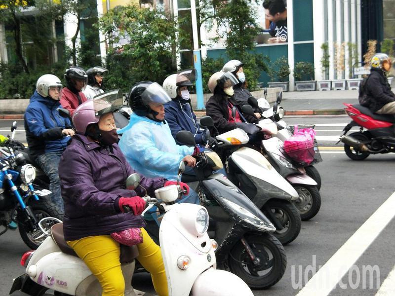 許多機車族冬天騎車上路,都會穿上羽絨外套抗寒。示意圖。記者施鴻基攝影/報系資料照