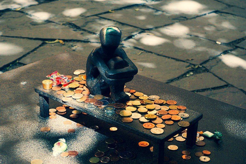 莎士比亞說:「錢在前面走,後面道路暢通無阻!」但,路上的機會稍縱即逝,社會階級不...