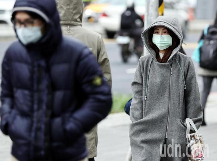 寒流來襲、越晚越冷。馬偕醫院老年醫學科醫師張智博提醒年長長輩必「穿暖、補水、起慢...
