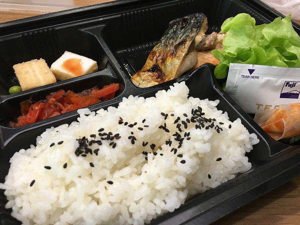 一般建議碳水化合物和蔬菜的比例大約是一比二,亦即吃一碗白飯要配兩碗以上的青菜 圖...