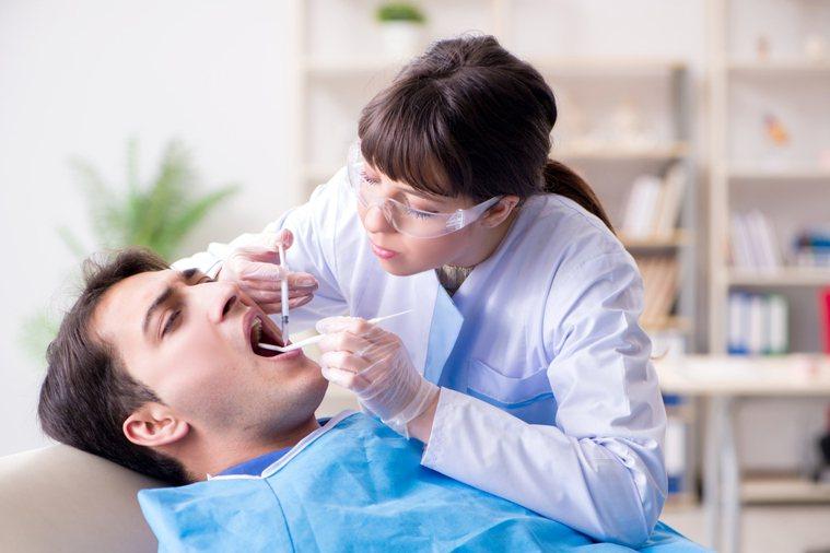 原po看牙醫臉上被滴上濕濕涼涼、黏黏的液體,讓他氣炸。示意圖/ingimage