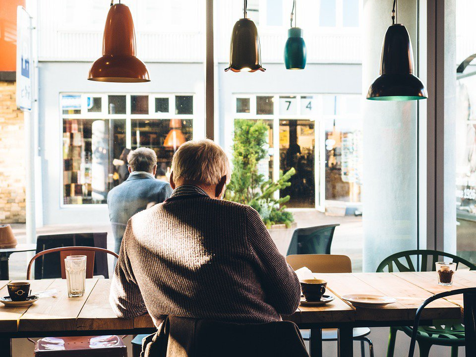 很多人為了退休生活都會認為要先預備好金錢,但卻忽略了老年生活要先找好老伴。 圖/...