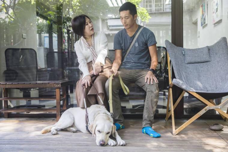 儲備訓練師鄭宇恩說,主人對導盲犬下指令都是用英文,是國際訓練方式,也可以避免外界...