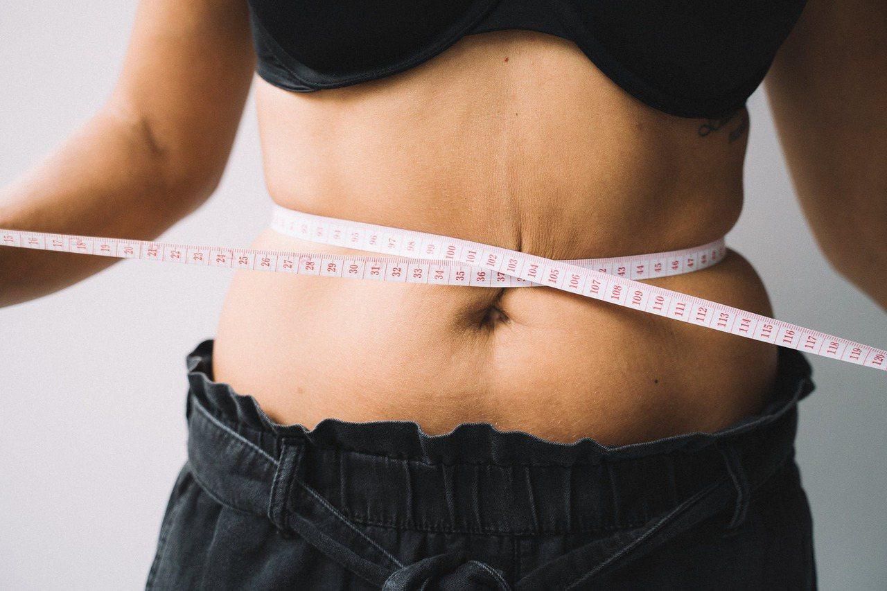根據國民健康署建議,男性腰圍應勿超過90公分;女性腰圍應勿超過80公分,才能遠離...