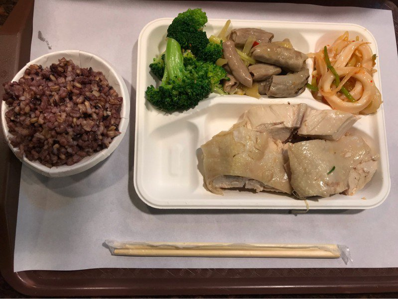 網友得知這盤在自助餐店夾的菜色真實價格後,紛紛抱怨「根本是在搶錢」。圖擷自PTT八卦板