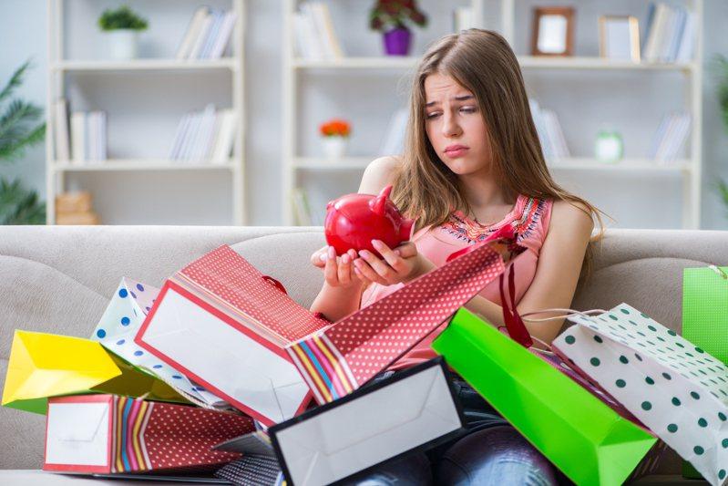 大四女友沒錢買包,要求原PO月存一萬五幫買包,示意圖。圖擷自/Ingimage