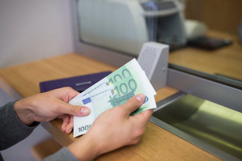 英國兩名女子一覺醒來帳戶就多了台幣3800萬元。示意圖/ingimage