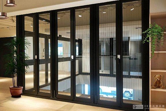 玻璃摺疊門-開放式格局,機能化空間、俐落簡約設計,讓空間緊密又保有彈性,兼具獨立...