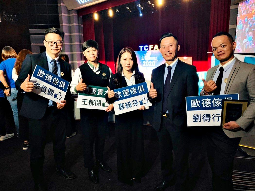 馬國慶副董事長(中)與到場為四位店長加油鼓勵,肯定店長們的努力與付出。