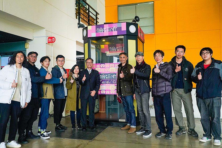 元智大學校長吳志揚(中)與資傳系師生及博報堂成員。 元智大學/提供