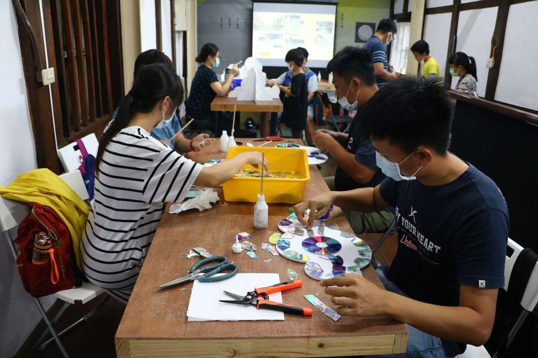 鱗光閃閃工作坊,由居民一起參與魚鱗巷作品施作。  臺南市政府文化局/提供