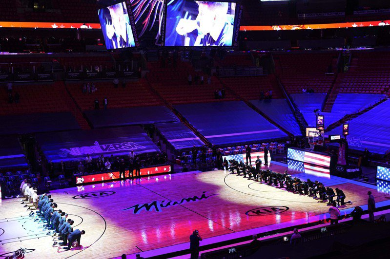波士頓塞爾蒂克和邁阿密熱火今天比賽,兩隊在賽前唱國歌時下跪,抗議美國國會亂象。 美聯社