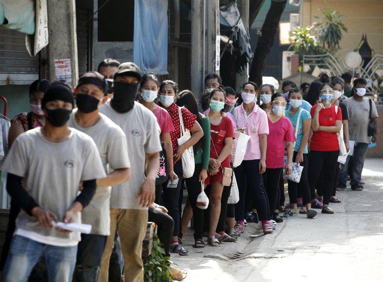 泰國再度爆發新冠肺炎疫情,政府要求所有民眾安裝可以追蹤行蹤的手機應用程式,如果確...