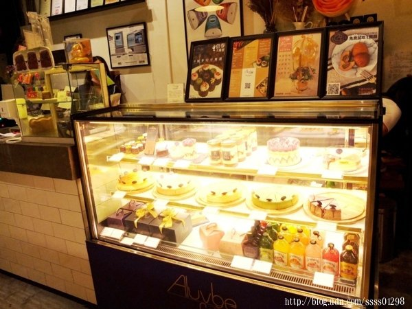 冰櫃裡供應著【艾樂比】各式各樣的手作甜點,滿足甜點控熱愛甜食的味蕾