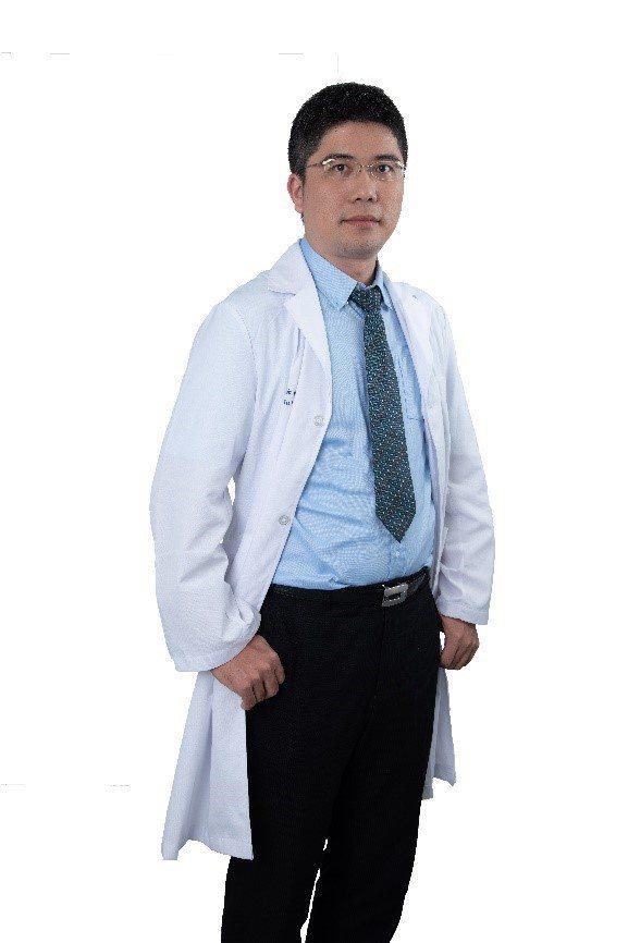 彰化基督教醫院胸腔內科醫師林俊維建議民眾養成每日一分鐘登階自我檢測的習慣,檢視自...