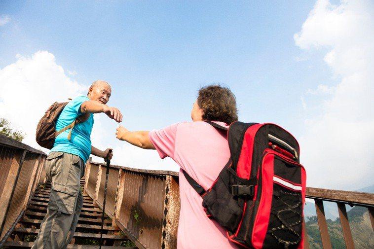 民眾瘋登山,但不是人人都可以,一分鐘爬不到30個階梯,可能就是肺功能不足為肺阻塞...