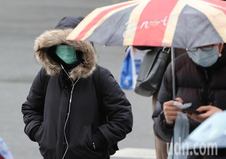 台北市民眾出門裹上厚重外套,抵禦低溫。記者陳正興/攝影