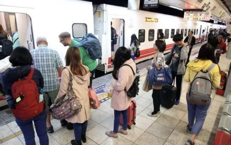 台鐵今天凌晨零時開放購買春節東部幹線車票。聯合報系資料照